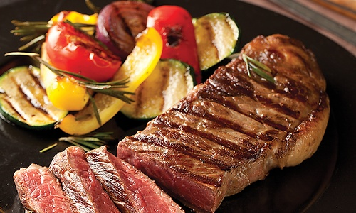 New York steak (striploin) grillitud juurviljadega